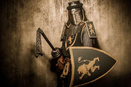 caballero medieval: Caballero medieval con arma Foto de archivo