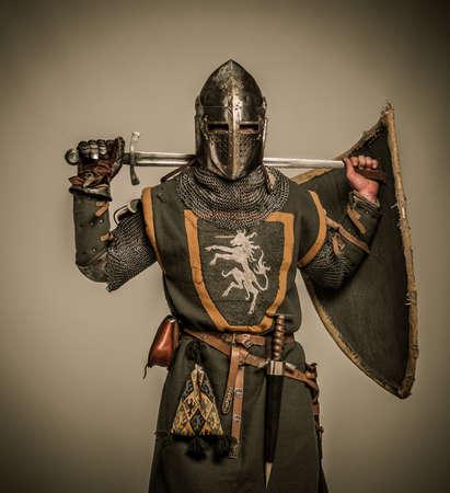 espadas medievales: Caballero medieval con una espada