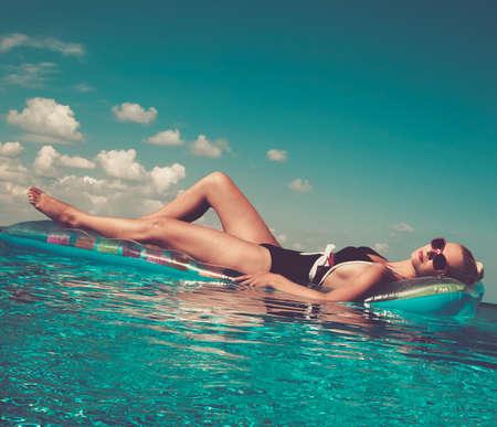 meisje zwemmen: Pin up girl in het zwembad