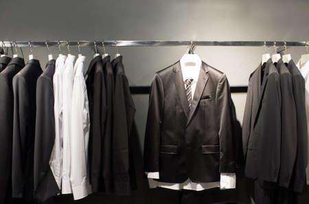 ropa colgada: Fila de los trajes en la tienda