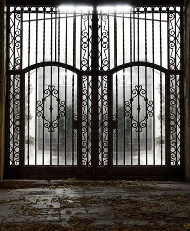 rejas de hierro: Puerta de metal cerrada Foto de archivo