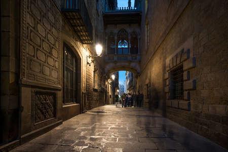 old quarter: Bridge at Carrer del Bisbe  in Barri Gotic, Barcelona