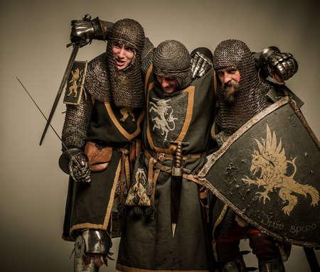 ebrio: Dos caballeros medievales que llevan su amigo