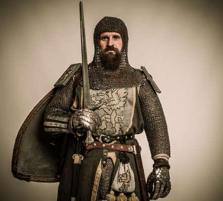 rycerz: Åšredniowieczny rycerz z mieczem i tarczÄ…