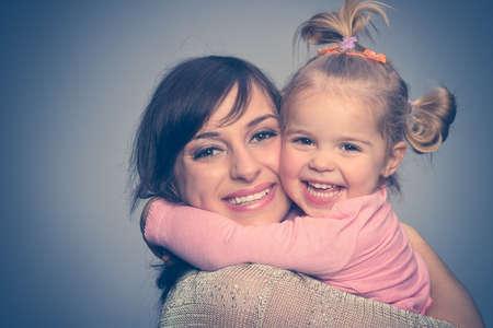 niños vistiendose: Feliz madre e hija retrato Foto de archivo