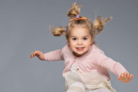 enfants qui rient: Petite fille s'amusant Banque d'images