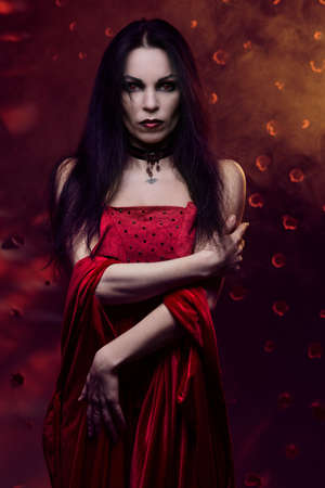 vampira sexy: Mujer vampiro hermosa en vestido rojo Foto de archivo