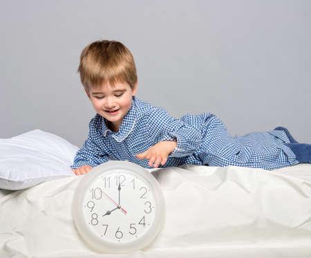 pijama: El niño pequeño con un pijama azul con reloj