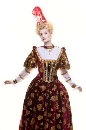 Rainha altiva no vestido real isolado no branco