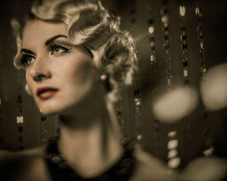 mooie vrouwen: Elegante blonde retro vrouw met mooie kapsel en rode lippenstift Stockfoto