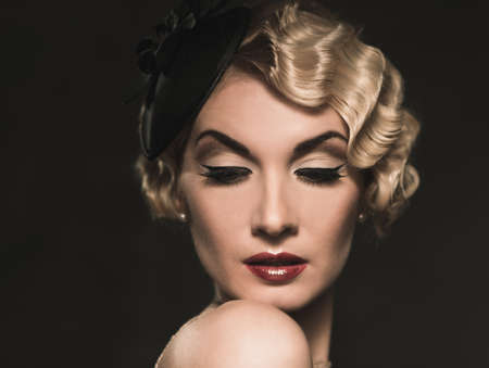 aretes: Elegante mujer rubia retro con sombrero peque�o con peinado bonito y el l�piz labial rojo