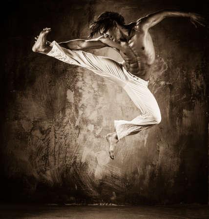 artes marciales: Imagen en tonos de hombre joven con el torso salto
