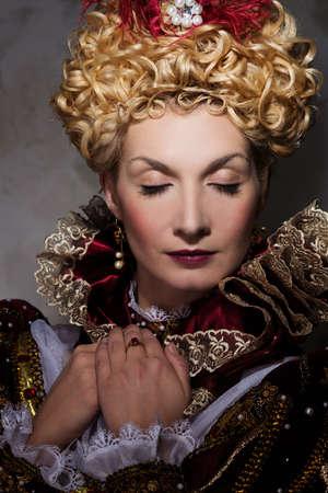 donna ricca: Immagine della bella regina altera in abito regale