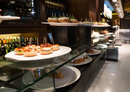 Traditionele Baskische pinchos op een bord in restaurant Stockfoto