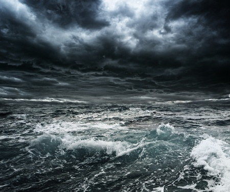 큰 파도와 바다 위에 어두운 폭풍이 하늘