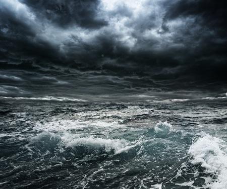 Donkere stormachtige lucht boven de oceaan met grote golven