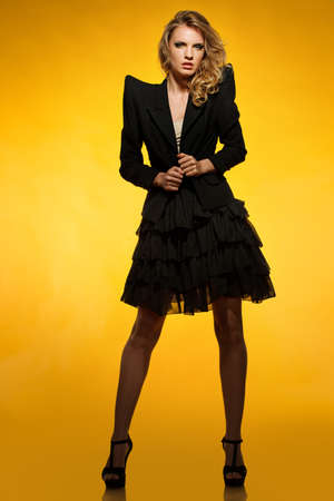 modelos negras: Hermosa joven de chaqueta negro y una falda aislada en el fondo blanco