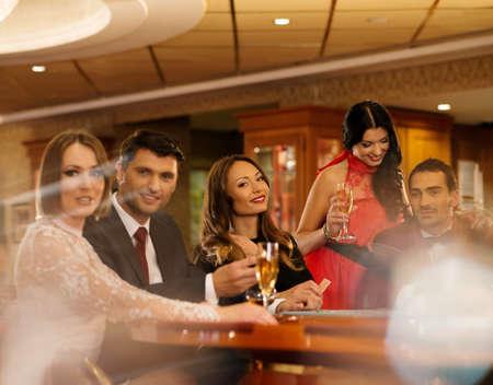 wealthy lifestyle: Gruppo di giovani a giocare a poker in un casin�