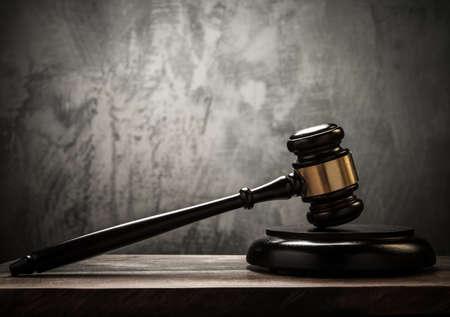 Judge's hamer op houten tafel Stockfoto - 20271200