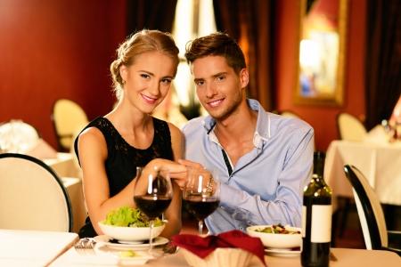 Mooie jonge paar in liefde in een luxe restaurant