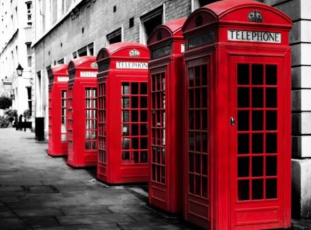 Traditionele Britse rode telefooncellen op een rij