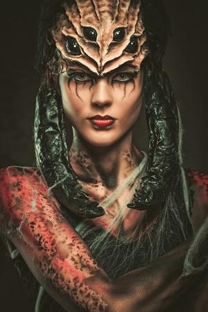スパイダー ボディー アートとマスクを持つ若い女性