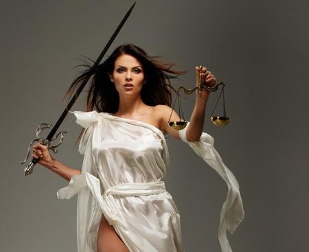 Femida, déesse de la justice, avec échelles et épée Banque d'images - 25739995