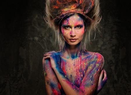 Jonge vrouw muze met creatieve body art en kapsel