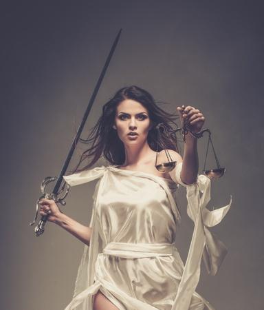 Femida, Godin van Justitie, met schubben en zwaard Stockfoto