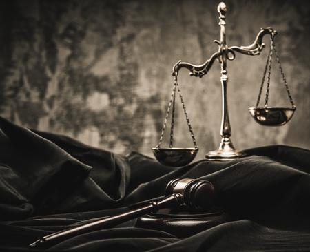 Schuppen und Holzhammer auf Richter Mantel