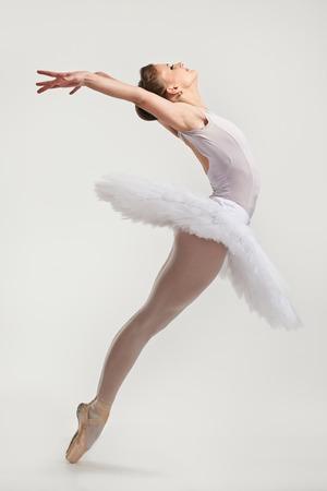 若いバレリーナ ダンサーはチュチュ pointes の実行、 写真素材