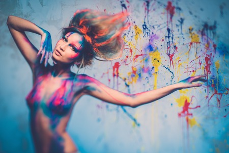 Jonge vrouw muse met creatieve body art en kapsel Stockfoto
