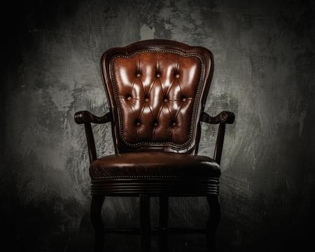コンクリートの壁に快適な木製椅子 写真素材