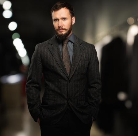 Guapo Hombre Bien Vestido Con Barba En Una Tienda De Ropa Fotos
