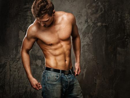 청바지에 근육질의 몸을 가진 젊은 남자