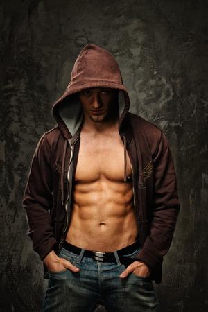 パーカーを着て筋肉胴とスタイリッシュな男