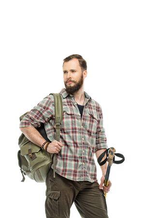 Knappe reiziger met rugzak en wandelstokken