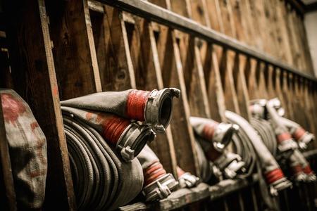 물 호스가있는 소방 창고의 보관실 스톡 콘텐츠