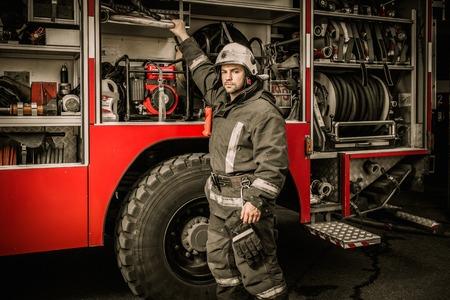 消防士が消防車から機器を撮影