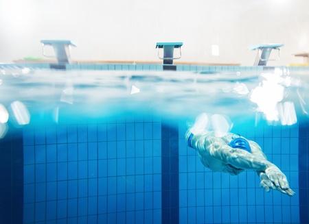 수영장에서 물 속에서 헤엄 치는