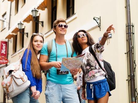 旧市街にあるマップから多民族の友人の観光客