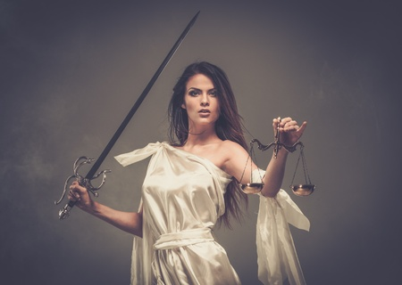 estatua de la justicia: Femida, diosa de la justicia, con la balanza y la espada