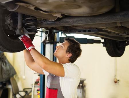 Militair schorsing controle in een auto workshop