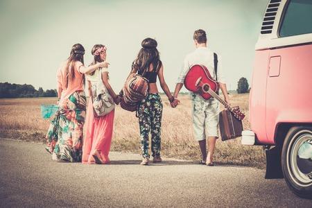多民族ヒッピー友達とギターと荷物
