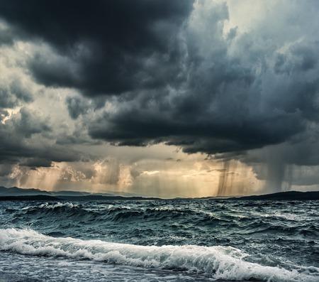 Zware regen over stormachtige oceaan Stockfoto