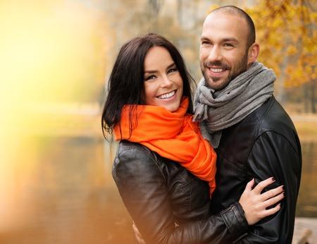 Gelukkig middelbare leeftijd paar buitenshuis op mooie herfstdag Stockfoto - 31010542