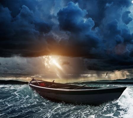Houten boot in een stormachtige zee