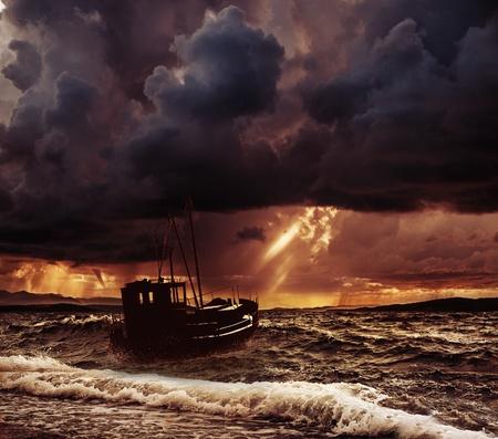 嵐の海の漁船 写真素材