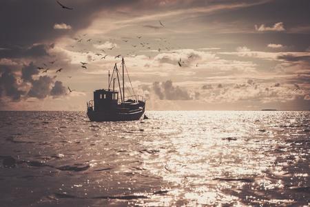 海で漁師のボート