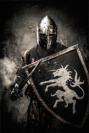 Caballero medieval contra la pared de piedra Foto de archivo - 31170677